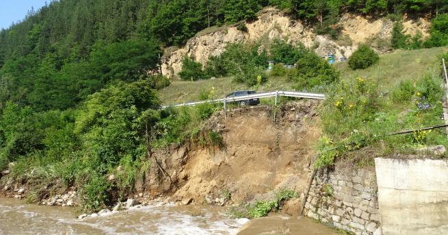 България Придошла река подкопа пътя Велинград – Якоруда Срутени са