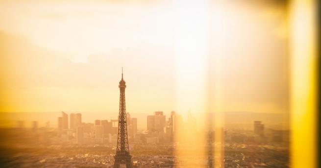 Столицата Париж и други френски градове осъмнаха с плакати, призоваващи
