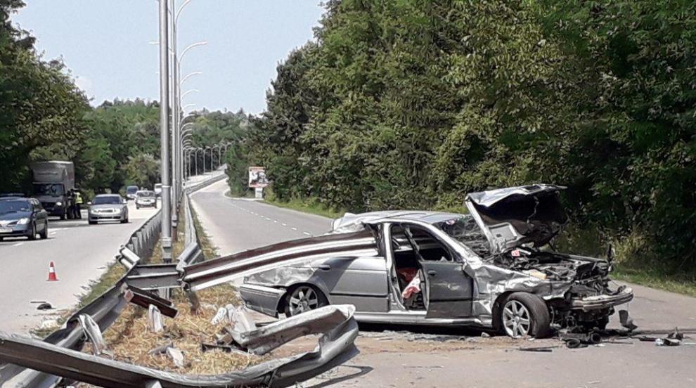 BMW се наниза на мантинела край Шумен (СНИМКИ)