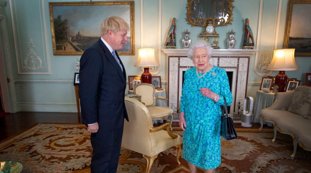 Британската кралица разреши на Борис Джонсън да...