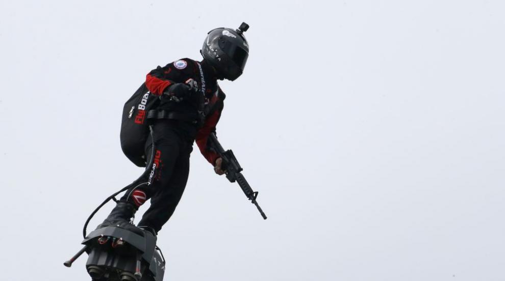 От втория път: Франки Запата прелетя над Ламанша с летящия си ховърборд