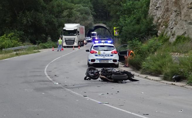 Моторист се блъсна в тир при Кресненското дефиле