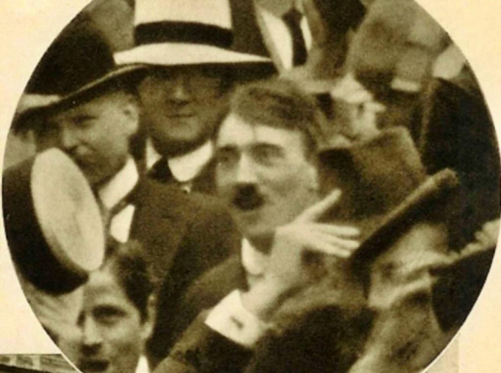 <p>Изследователи смятат, че снимката е фалшифицирана&nbsp;с пропагандна цел. Никой не е успял да открие негатива, за да го докаже.</p>  <p>Никой не е успял и да открие Хитлер на други материали от манифестацията в Мюнхен през 1914 г.</p>