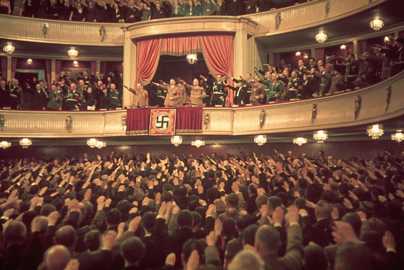 <p>1939: Хитлер и Гьобелс в театър &quot;Шарлотенбург&quot; в Берлин.</p>