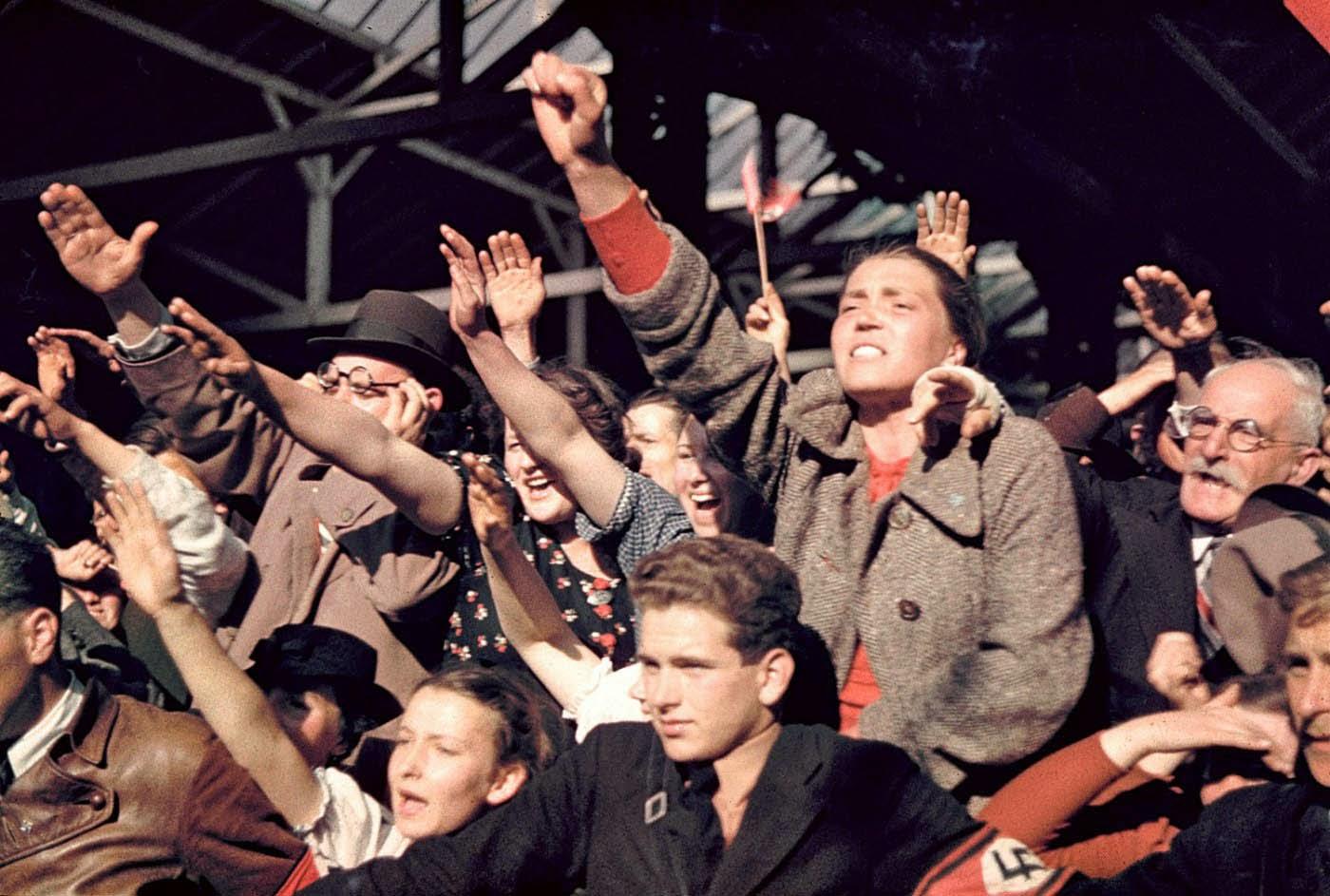 <p>1938: Тълпата позравява Хитлер за опита да обедини Германия и Австрия.</p>