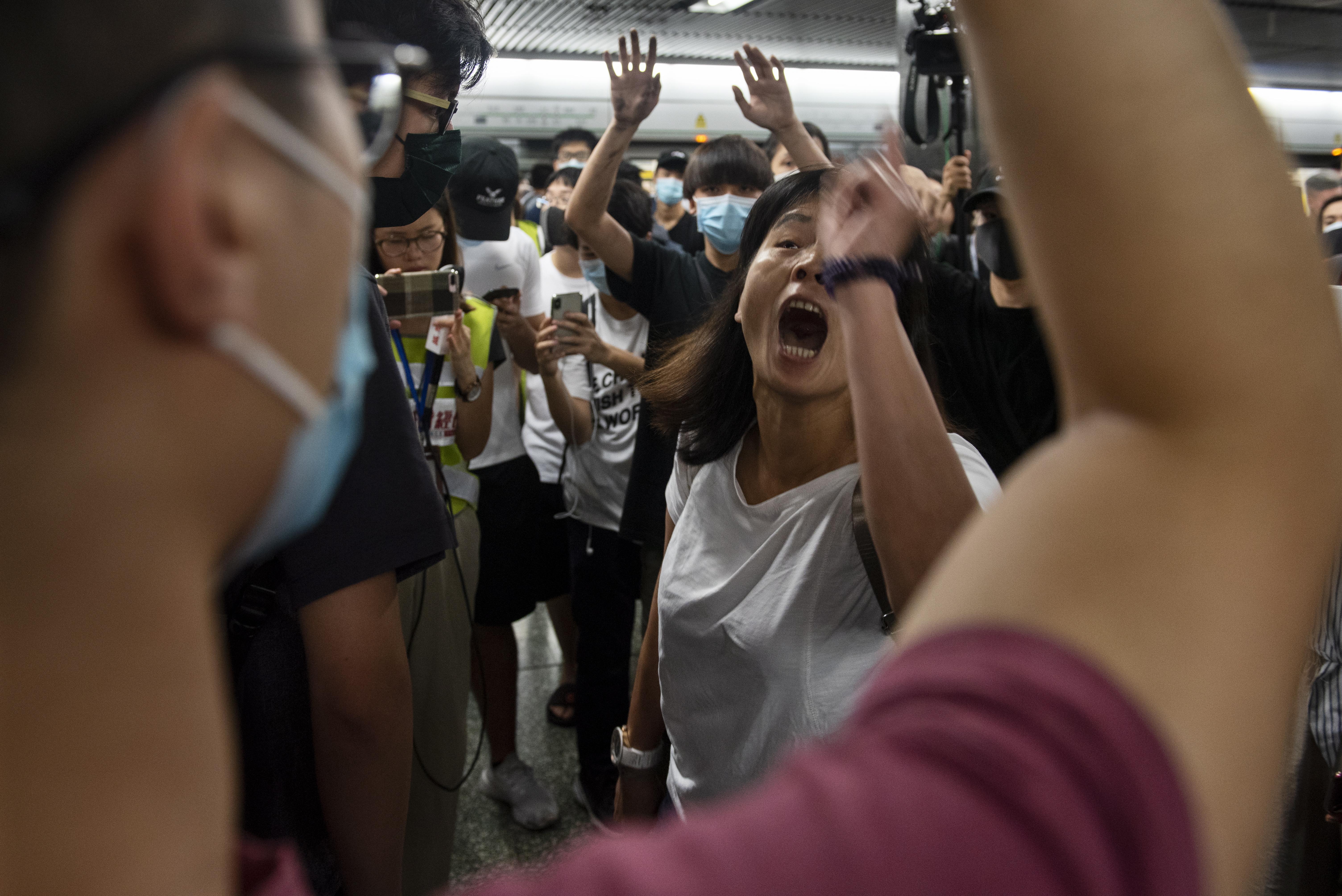 """Десетки отменени полети, сълзотворен газ, Кари Лам: """"Няма да подам оставка"""""""