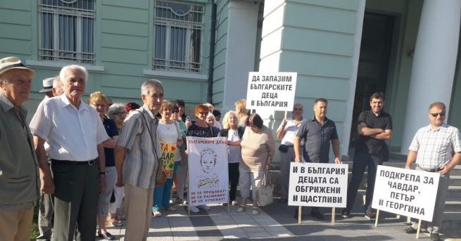 Десетки излязоха в подкрепа на шуменеца Чавдар Ангелов, който се