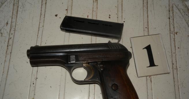 Два газови пистолета и 14 боеприпаса за тях са иззети