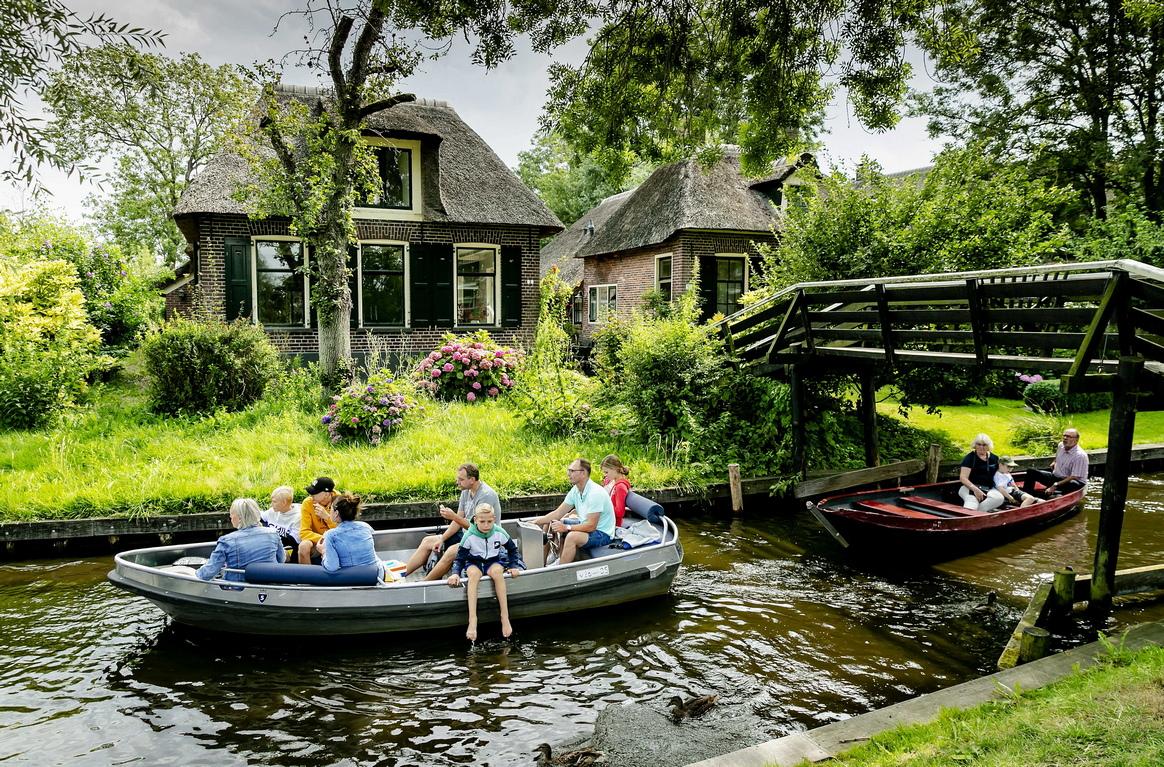 <p>Туристи на разходка из едно китно и малко холандско градче &ndash; Гитхорн, познато още като града на каналите или холандската Венеция. Намира се на около 100 км. от Амстердам</p>