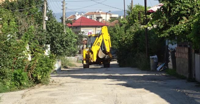 Снимка: Жители на Благоевград сами ремонтират улицата си