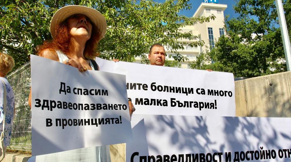 Медиците разпъват палатки пред Народното събрание (ВИДЕО/СНИМКИ)