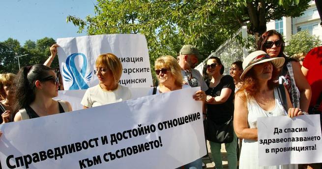 Медицински сестри и лекари се събраха на символичен протест пред