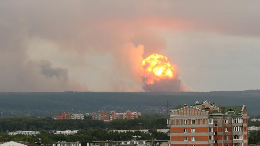 На снимката: Експлозия във военно поделение близо до град Ачинск, област Красноярск, Русия