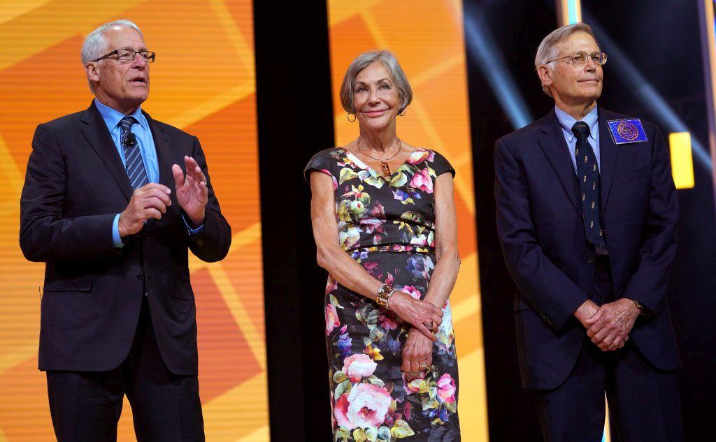 Блумбърг поставя на първо място американското семейство Уолтън, което притежава веригата супермаркети Walmart.