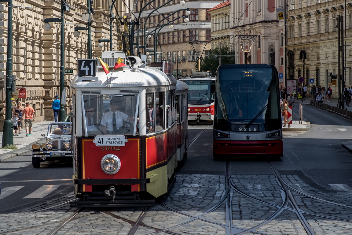 <p>Историческата трамвайна линия на Прага №. 41 работи в събота, неделя и официални празници от април до ноември и обслужва маршрут през центъра на града покрай Пражкия замък, Националния театър и Вацлавския площад.</p>