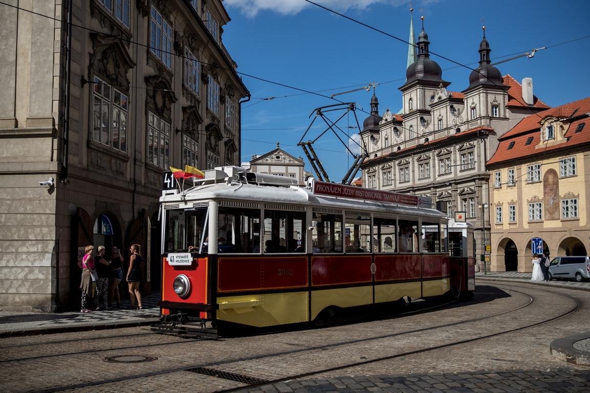 <p>Трамвайният транспорт в Прага работи от 1875 г., когато първата линия е пусната.</p>