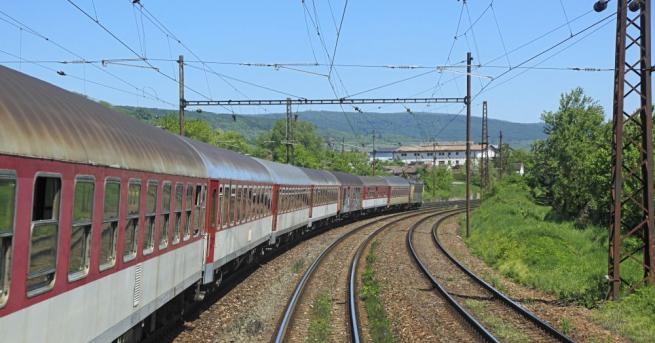 Снимка: Влак блъсна човек, десетки пътници блокирани с часове
