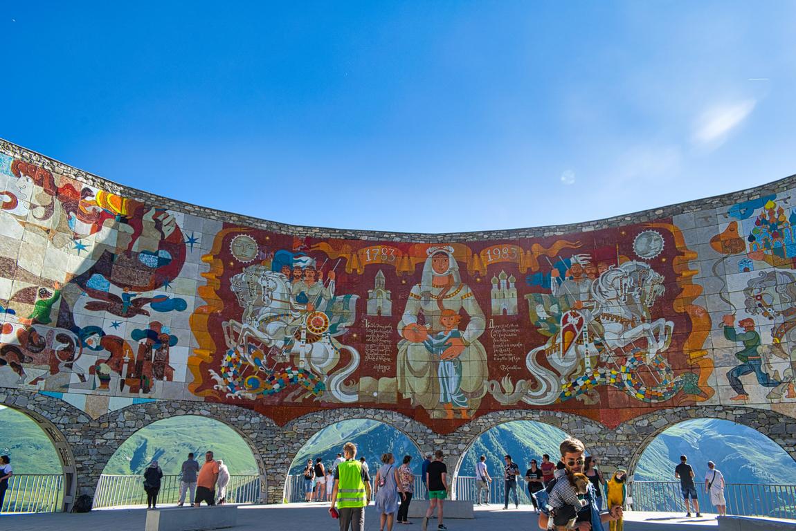 <p>Между Гудаури и Кръстовият превал се намира една полукръгла наблюдателна площадка наречена &quot;Дружба на народите&quot; - Паметник на грузинско - съветската дружба. Изрисувани са сцени от грузинската и руската история</p>