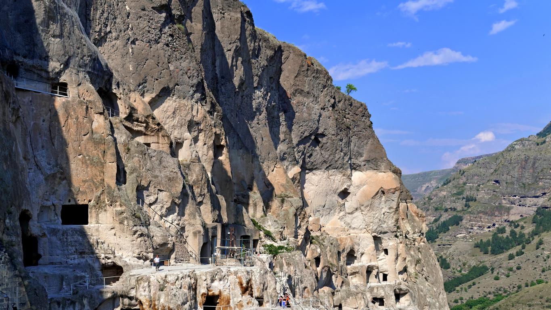 <p>Изграден е в историко-географската област Джавахетия, откъдето започва разпространението на християнството в Грузия. Комплексът е изсечен в планината Ерушети (Меча планина), на стръмна мека туфова скала от типа брекча, на левия бряг на река Мтквари (Кура)</p>