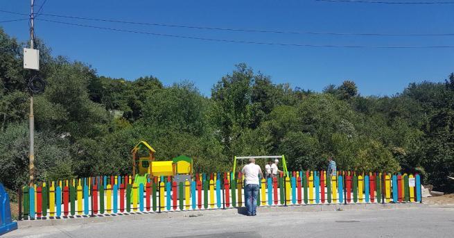 Три нови детски площадки бяха открити официално днес от кмета