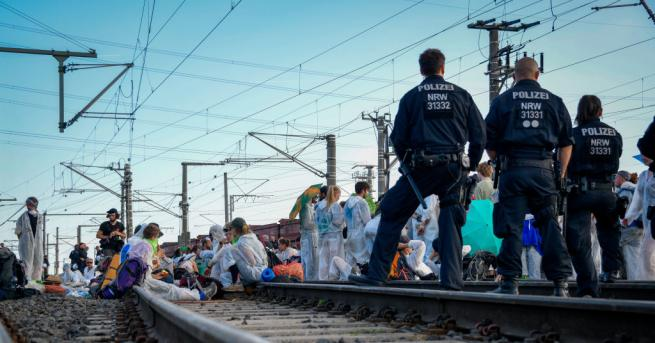 Снимка: Екоактивисти блокираха влак с коли на Volkswagen в Германия