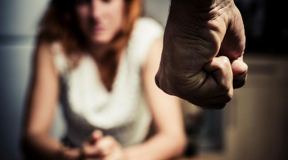 Мъж нанесе множество удари с юмруци на бившата си приятелка