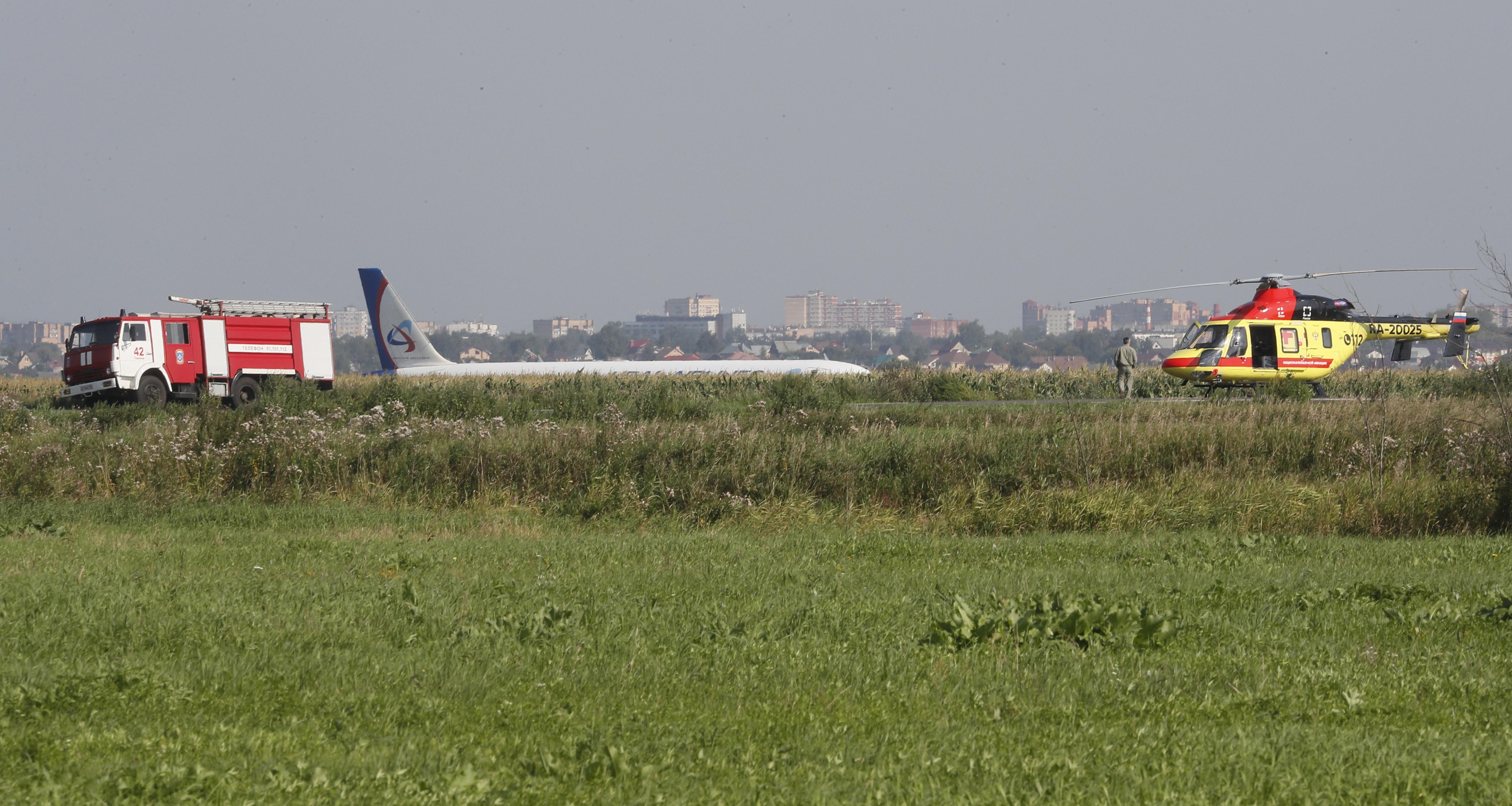 Двигателите на самолета започнали да отказват във въздуха поради сблъсък с птиче ято. От 226 пътници и седемчленен екипаж, 10 души са пострадали, сред тях и 3 деца.