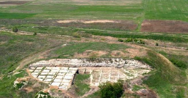 Снимка: Обгорял бебешки скелет е открит при разкопки в могила Юнаците