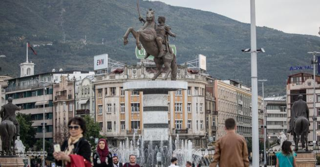 Властите в Македония започнаха да поставят табелки върху паметниците и