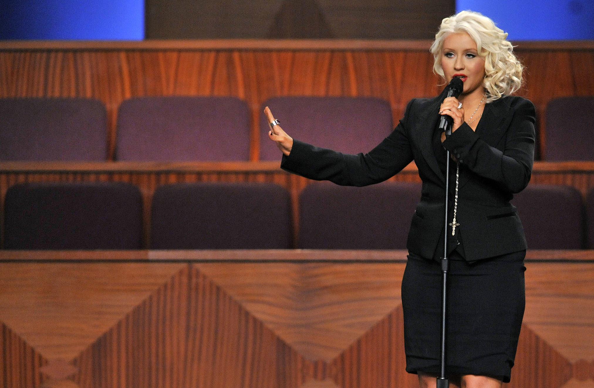 През 2012 г., умира един от музикалните идоли на Кристина Агилера - певицата Ета Джеймс. Агилера бе поканена на погребението като специален гост. Тя изпълни една от най-любимите си песни и хитове на Джеймс At last. По време на изпълнението обаче се случи гаф, който със сигурност певицата не е очаквала. Вижте следващата снимка.