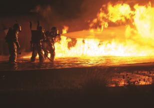 """Пожар в старото сметище на завод """"Арсенал"""" в Казанлък"""