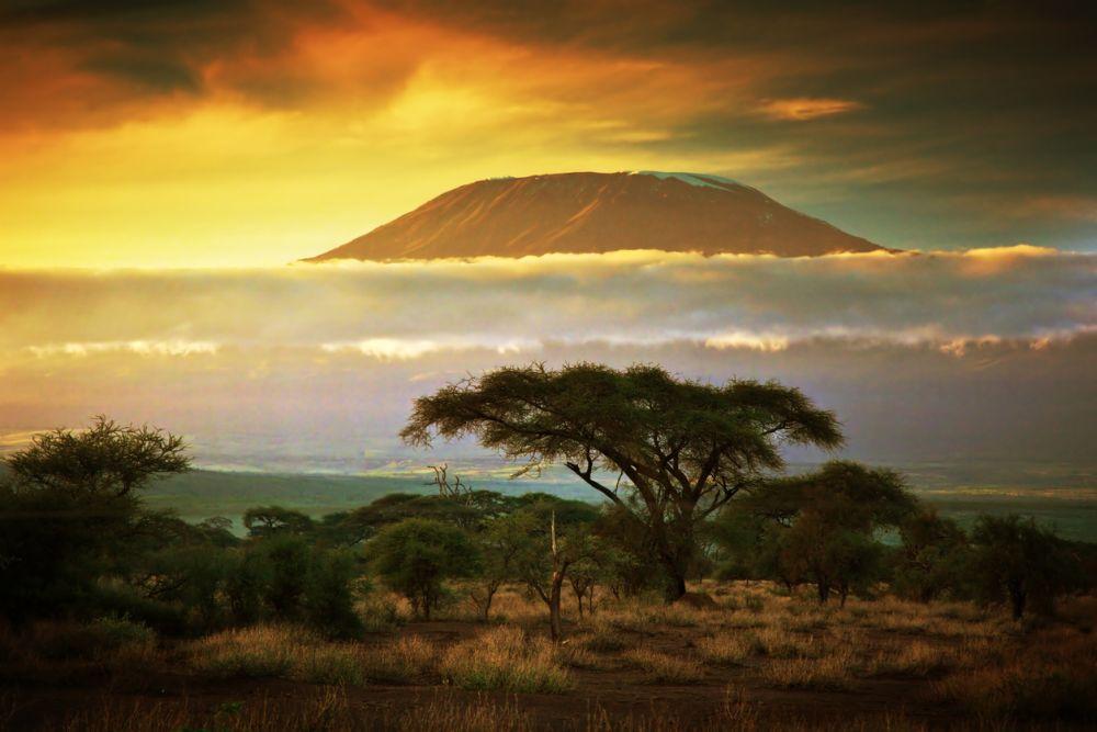 Килиманджаро е планински масив в Североизточна Танзания, образуван от три изгаснали вулкана.