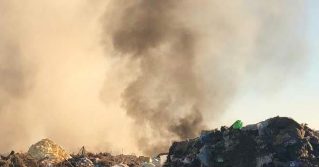 Започнало е засипването с пръст на горящото сметище край Свищов,