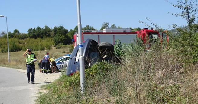 Автомобил излетя от пътя край Симитли и се обърна в