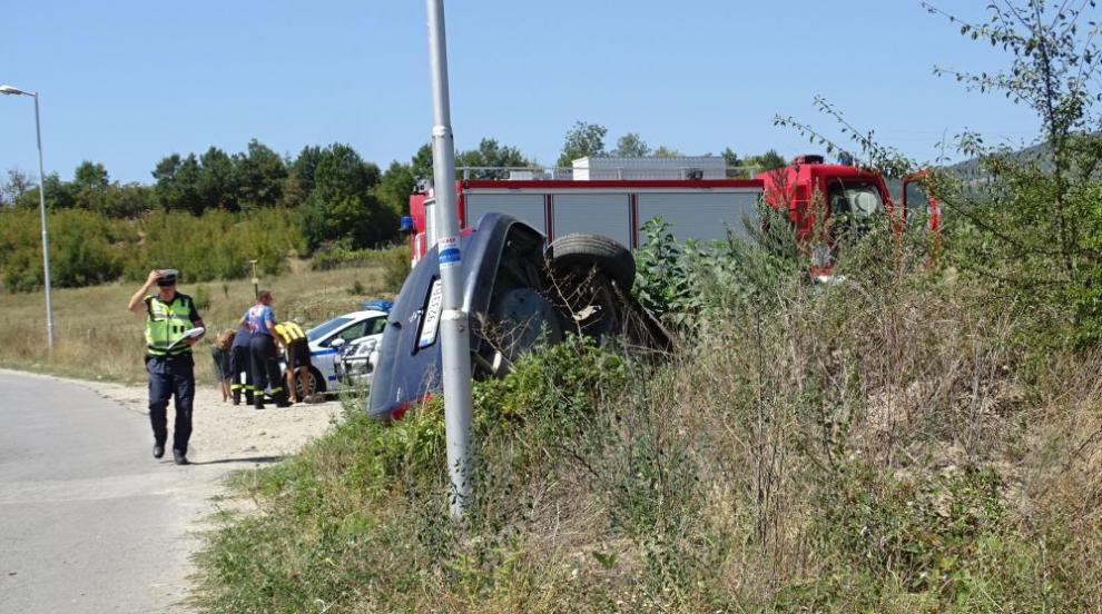 Автомобил излетя от пътя край Симитли и се обърна в канавка (СНИМКИ)