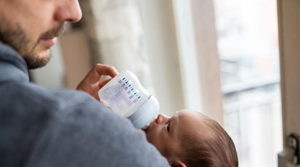 Председателят на парламента в Нова Зеландия нахрани бебе по време на дебат...