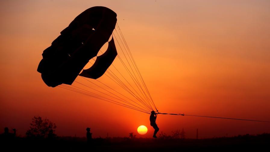 <p>Каваците: Скъса се въже на парашут, майка и дете паднаха върху дърво (видео)</p>