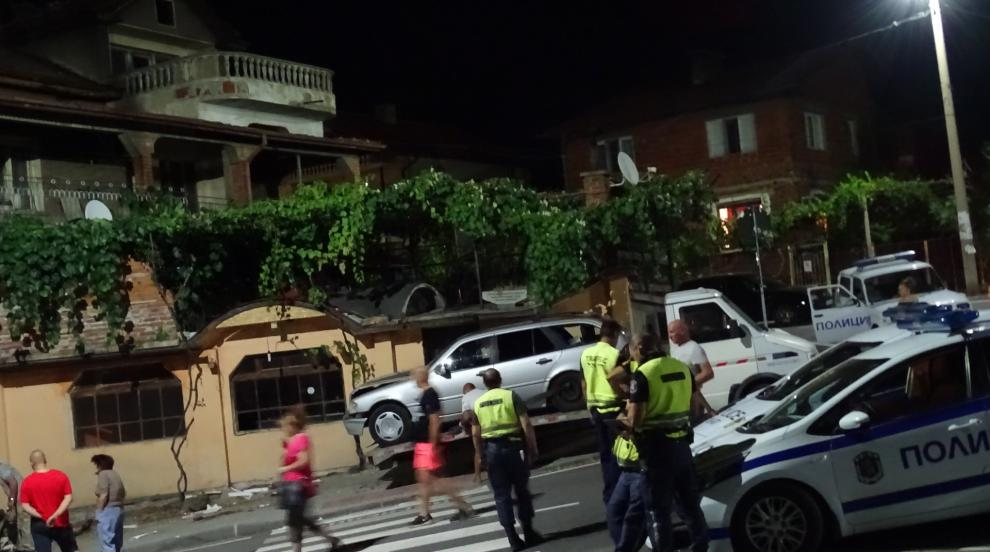 Кола се вряза в кафене в Дупница, уби човек и рани други двама