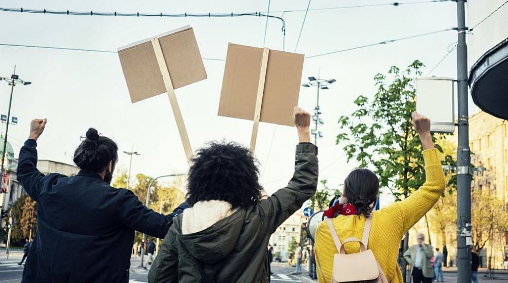 Хиляди противници на Г-7 тръгнаха на 4-километрово протестно шествие (ВИДЕО)