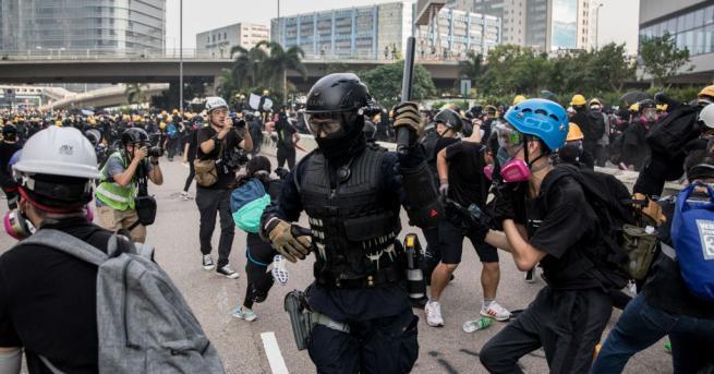 Полицията в Хонконг оправда използването на водни оръдия и прибягването