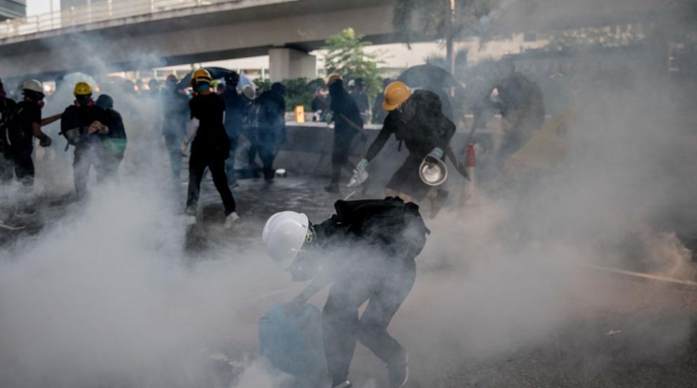 Продемократични демонстранти блокираха летището в Хонконг
