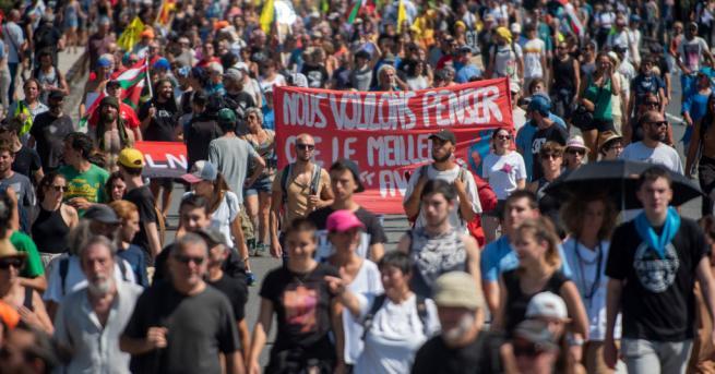 Френската полиция използва водно оръдие и сълзотворен газ срещу 400