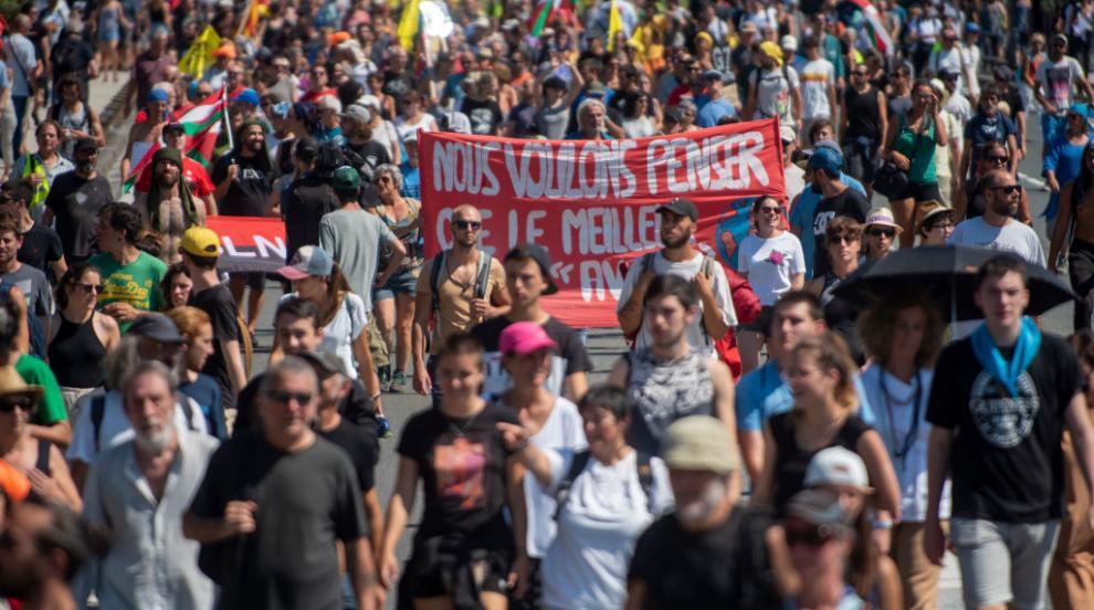 Полицията използва водно оръдие и сълзотворен газ срещу протестиращи срещу срещата на Г-7