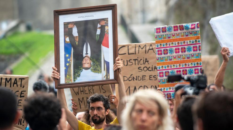 Протест срещу Г-7 с лика на Макрон заради климата и социалното неравенство