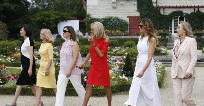 Защо съпругите на държавните глави са обличали омачкани дрехи, поради