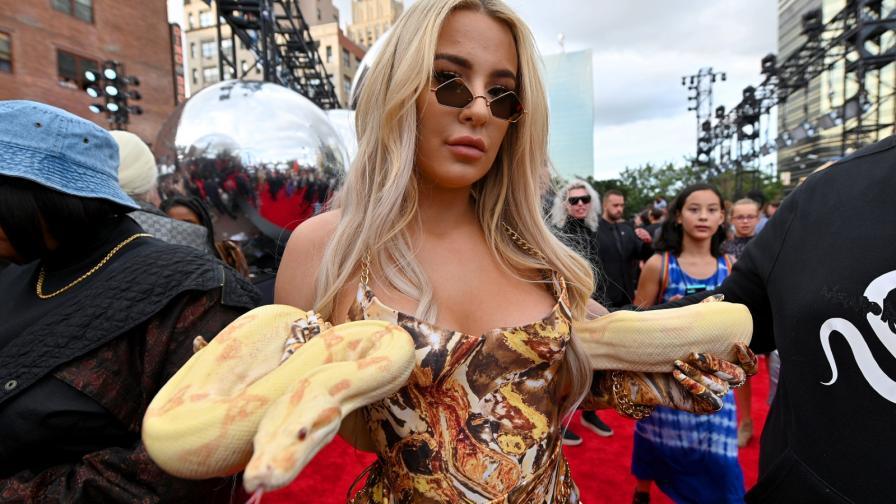 <p><strong>Змия на червения килим</strong> и още щури звезди от наградите на MTV</p>