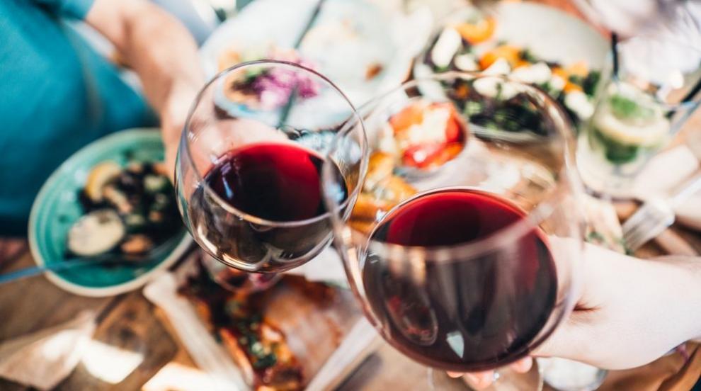 Млада двойка поръча евтино вино, а получи специална...