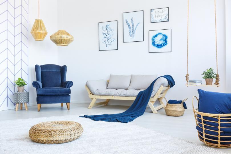 <p><strong>Комбинация между цвят индиго и ярко бяло</strong> &ndash; особено уютна е, когато включиш в нея и плетено одеяло.</p>