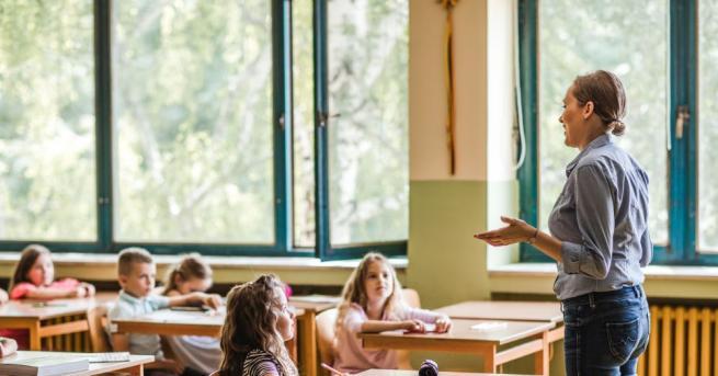 Десетки хиляди учeници влизат в класните стаи след ваканцията. Освен