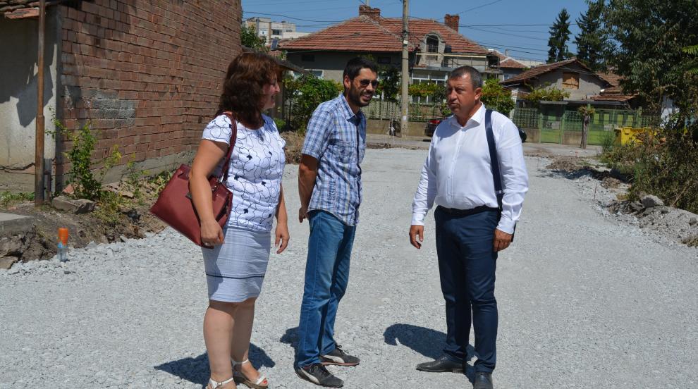 Инж. Емануил Манолов инспектира асфалтирането на чисто нова улица в...